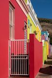 Specificerat foto av hus i den malajiska fjärdedelen, Bo-Kaap, Cape Town, Sydafrika Historiskt område av ljust målade hus royaltyfria bilder