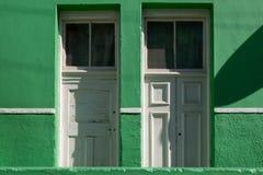 Specificerat foto av hus i den malajiska fjärdedelen, Bo-Kaap, Cape Town, Sydafrika Historiskt område av ljust målade hus royaltyfri foto