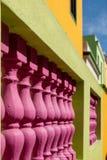 Specificerat foto av hus i den malajiska fjärdedelen, Bo-Kaap, Cape Town, Sydafrika Historiskt område av ljust målade hus royaltyfri fotografi