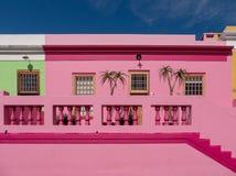 Specificerat foto av hus i den malajiska fjärdedelen, Bo-Kaap, Cape Town, Sydafrika Historiskt område av ljust målade hus arkivfoton