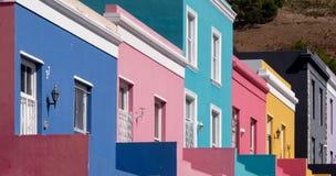 Specificerat foto av hus i den malajiska fjärdedelen, Bo-Kaap, Cape Town, Sydafrika Historiskt område av ljust målade hus arkivfoto