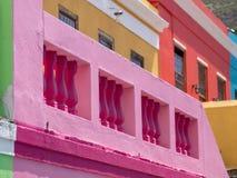 Specificerat foto av hus i den malajiska fj?rdedelen, Bo Kaap, Cape Town, Sydafrika Historiskt omr?de av ljust m?lade hus arkivbild