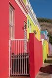 Specificerat foto av hus i den malajiska fj?rdedelen, Bo-Kaap, Cape Town, Sydafrika Historiskt omr?de av ljust m?lade hus royaltyfri bild