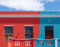 Specificerat foto av hus i den malajiska fj?rdedelen, Bo Kaap, Cape Town, Sydafrika Historiskt omr?de av ljust m?lade hus arkivfoto