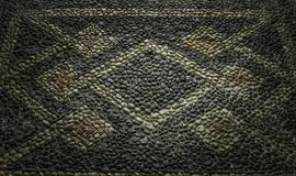 Specificerat stängde sig upp av historiskt vitt svart och brunt pebbled golv med geometriska modeller från slotten nordliga Itali arkivbilder