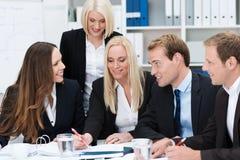 Specifiek commercieel team die een bespreking hebben Royalty-vrije Stock Afbeeldingen
