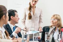 Specifieke manager die zijn advies delen terwijl het interpreteren van een cirkeldiagram royalty-vrije stock fotografie