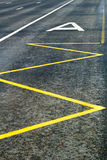 Specifieke stegen voor openbaar vervoer op de rijweg met bushalte het merken Royalty-vrije Stock Foto's
