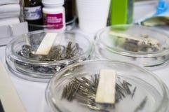 Specifika medicinska instrument för tandläkekonst och tänder Royaltyfri Foto