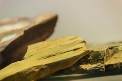 Specimen van de schalie het minerale steen van mijnbouw en het uithakken industrie stock foto's