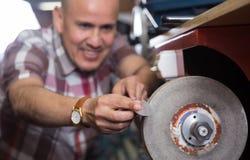 Specjalistów resharpering noże na ryglowanie spirali koła systemu Obraz Stock