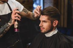 Specjalista apretury praca z włosy Zdjęcie Stock