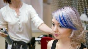 Specjalista robi makeup dla modela Delikatny makijaż dla młodej dziewczyny Seans modele Zakulisowy przemysł mody zdjęcie wideo