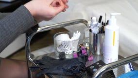 Specjalista stały makijaż dezynfekuje ręki przed pracą zbiory wideo