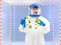 Specjalista trzyma biologiczną próbkę w ochronnym kostiumu Obraz Royalty Free