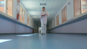 Specjalista w białym mundurze przy pracą zbiory wideo