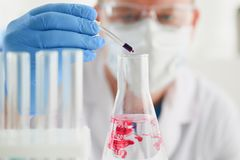 Specjalista w laboratorium dla brać próbki od ludzi Obrazy Stock