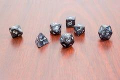Specjalizujący się wielościenni kostka do gry dla bawić się gier na drewnianym sura Obraz Stock