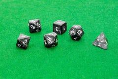 Specjalizujący się wielościenni kostka do gry dla bawić się gier na zielonym zakrzepie Zdjęcia Royalty Free