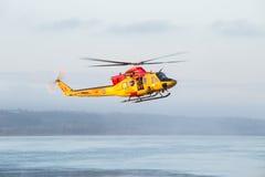 Specjalizuje się badawczą operację na rzece z drużyną ratowniczą I rewizją Fotografia Royalty Free