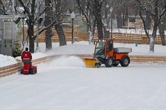 Specjalna maszyna i pracownik czyścimy jazda na łyżwach lodowisko w Parkowym Gorkogo w Moskwa Obraz Royalty Free