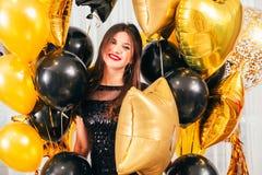 Specjalni dnia portreta brunetki damy balony fotografia royalty free