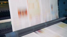 Specjalni rolowniki wirują ruszać się papier przy druku biurem 4K zbiory wideo