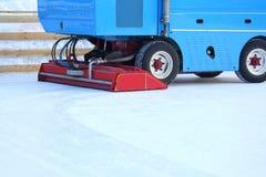 Specjalny maszyna lodu żniwiarz czyści lodowego lodowisko zdjęcie stock