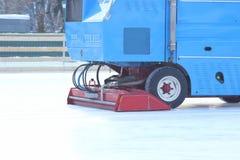 Specjalny maszyna lodu ?niwiarz czy?ci lodowego lodowisko zdjęcie stock
