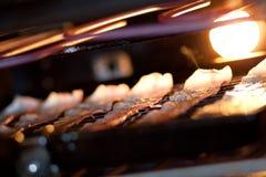 Speck, der im Ofen grillt Stockfotos