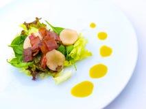 Speck-feinschmeckerischer Salat auf weißer Platte Stockbild