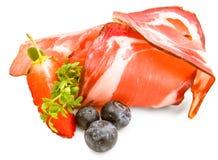 Speck hamon isolkated Zartheit mit Brombeeren, Erdbeeren und Frühling des Salats nah oben lokalisiert stockfotos