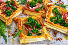 Speck, Käse, tenderstem Brokkoli spitzt Blätterteig, mit grünem Salat Lizenzfreies Stockfoto