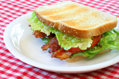 Speck-, Kopfsalat-und Tomate-Sandwich Lizenzfreie Stockfotografie