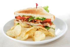 Speck-Kopfsalat und Tomate-Sandwich mit Kartoffelchips Stockfotos