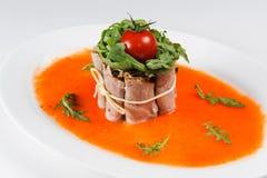 Speck mit Soße und Gemüse Stockfoto