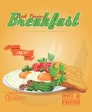 Speck mit Spiegeleiern, grünen Erbsen, Tomaten, Gurken und Toast Ketschup Traditionelles Frühstück Lizenzfreie Stockbilder