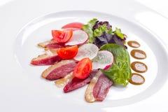 Speck mit Tomaten auf weißem backgrpund lizenzfreie stockfotos