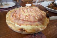 Speck-Pizza gebacken durch Ofen Stockfotografie