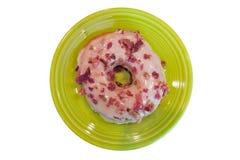 Speck-und Ahorn-Donut auf lindgrüner Platte Stockfotos