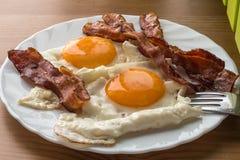 Speck und Eier Spiegeleier des Frühstücks-Landhausstils mit Schweinefleischschinken Lizenzfreie Stockfotos