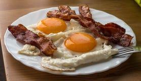 Speck und Eier Spiegeleier des Frühstücks-Landhausstils mit Schweinefleischschinken Stockfotografie