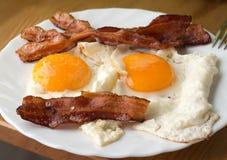 Speck und Eier Spiegeleier des Frühstücks-Landhausstils mit Schweinefleischschinken Stockfoto