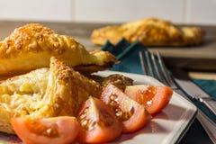Speck-und Käse-Gebäck mit Tomate Lizenzfreies Stockfoto