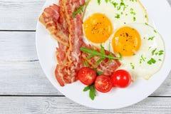 Speck und Sunny Side Up Eggs Stockfotos