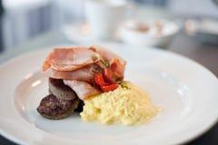 Speck, Wurst und Eifrühstück Lizenzfreies Stockfoto