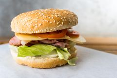Speckburger auf Holztisch lizenzfreies stockbild