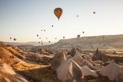 Spectacle de touristes de ballon de début de la matinée dans Cappadocia, Turquie photographie stock libre de droits