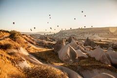 Spectacle de touristes de ballon de début de la matinée dans Cappadocia, Turquie Images libres de droits