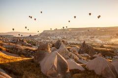 Spectacle de touristes de ballon de début de la matinée dans Cappadocia, Turquie photo stock